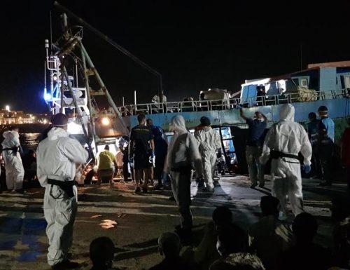 Migranti, ennesimo sbarco nella notte a Lampedusa. Lamorgese e Ue fanno orecchie da mercante