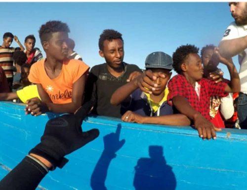 """Lampedusa, vergogna senza precedenti, i baby scafisti: """"Siamo noi a organizzare le traversate con i migranti"""""""