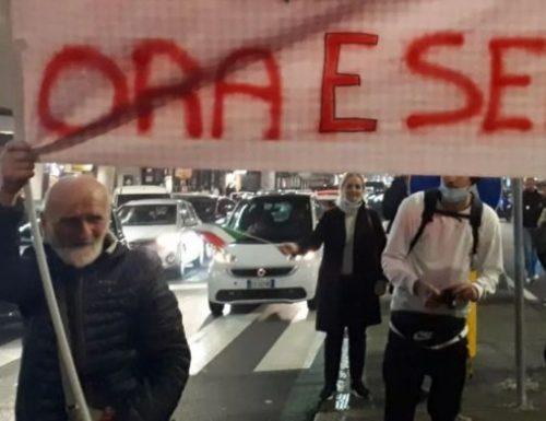 Milano la sinistra dove ci vede e dove ci cieca: il corteo è guidato dall'ex Br Ferrari. E giustamente nessuno si indigna