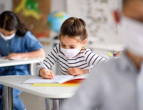 """Scuola, presidi a valanga contro le mascherine:  """"Quelle che ci mandano sono scomode e puzzano"""""""