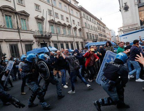 [Video] Far west a Roma al corteo no Green pass: scontri e assalto alla polizia
